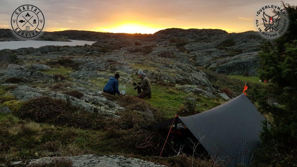 Shelter, fire then water. Survivors making morning brew. Kustöverlevnad Survivor Överlevnadskurs Survivalcourse Survival