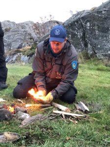 Eld överlevnadsinstruktör survival instructor