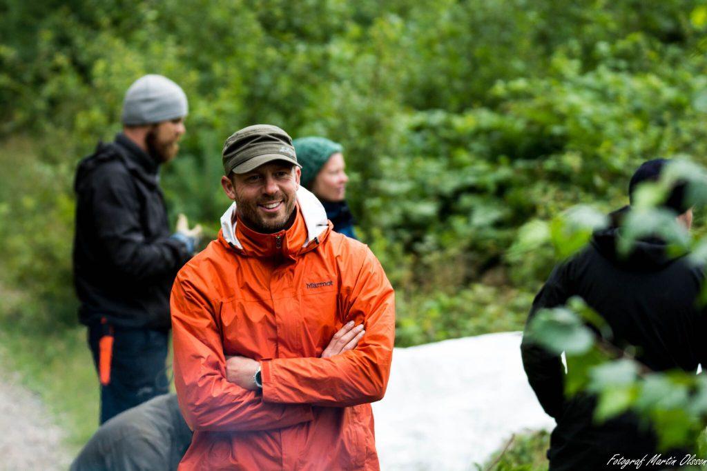 Torbjörn Selin överlevnadsinstruktör med grön keps och orange regnjacka