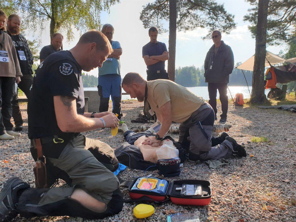 Torbjörn och Erik demonstrerar HLR med hjärtstartare