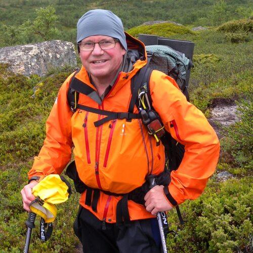 Peter_Lindström_vandrar_med_ryggsäck_small