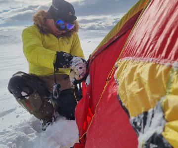 Peter Lindström reser tält i snö