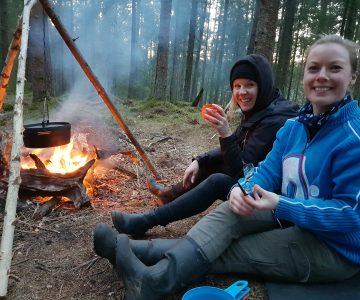 Att samlas kring elden ger en härlig känsla av lycka