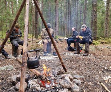 Täljning i grupp runt elden