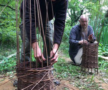 Elever gör fångstburar av grenar