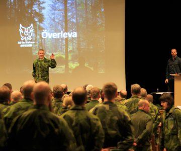 Torbjörn Selin står på scen inför 300 hemvärnsmän och ska föreläsa om överlevnad