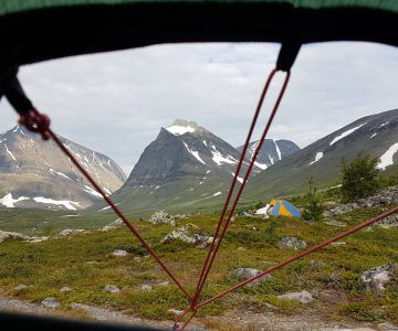 Utsikt från ett tält över vacker vandringsled i fjällvärlden