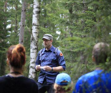 Torbjörn Selin håller en lektion i bivackbygge under en överlevnadskurs.
