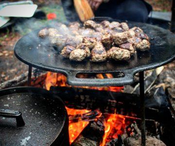 Muurikkan står över elden och maten steks
