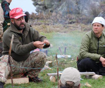 Instruktör visar hur man gör ett fiskenät