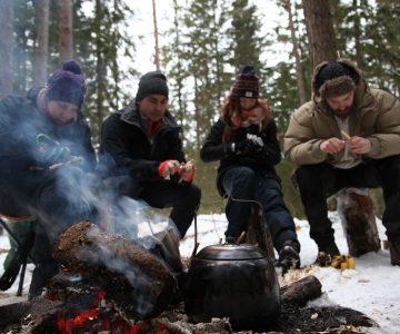 Elever kring elden på en täljkurs